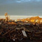 Ruinas de una comunidad destrozada. La gente camina por el medio de la calle en Moore, Oklahoma