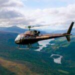 Helicóptero volando sobre la campiña escocesa
