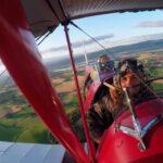 James Crawford volando en avión Tiger Moth